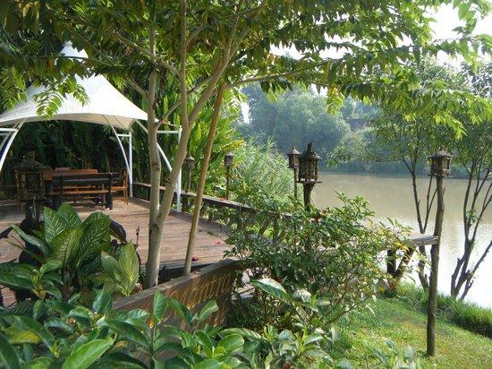 Lanna Dusita Boutique Resort by Andacura: Riverside deck
