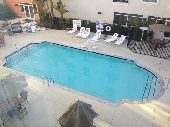 Embassy Suites by Hilton Valencia: The heated pool