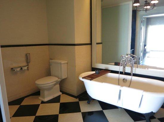 Eastern & Oriental Hotel: Bathroom