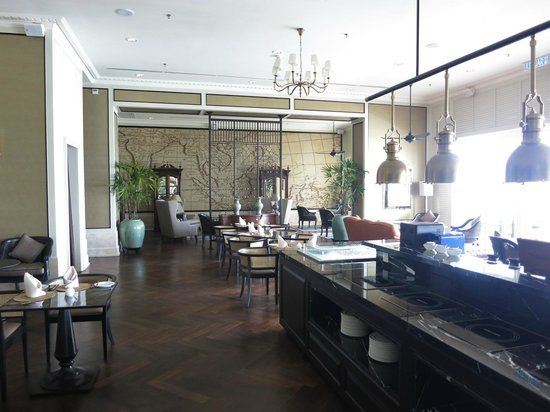 Eastern & Oriental Hotel: Planter's Lounge for light breakfast, tea and happy hour