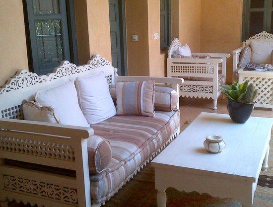 Riad Kerdouss: lecture en famille sur patio du riad