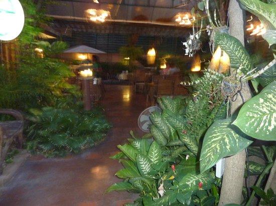 Rembrandt Hotel Bangkok: Restaurant tropical d'en face