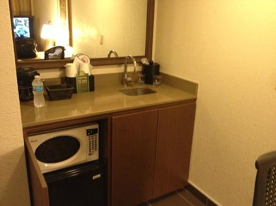 Embassy Suites by Hilton Dallas DFW Airport South: kitchen area with microwave and mini-fridge