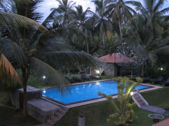Shangri-Lanka Villa: Pool am Abend