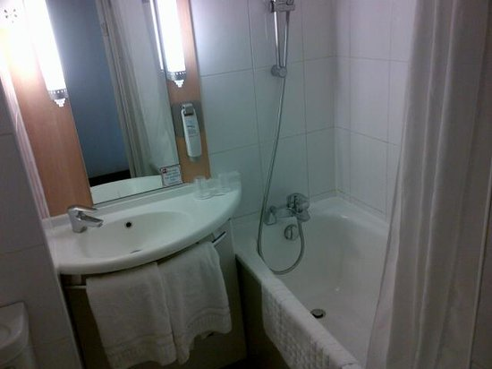 Ibis London Heathrow Airport: Hotel Bathroom