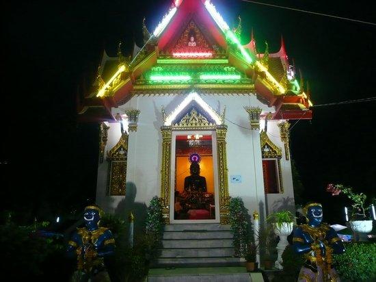 Karon Sunshine Guesthouse, Bar & Restaurant: kleine Tempelanlage in Kkaron