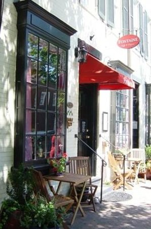 Fontaine Caffe & Creperie: Front entrance and outdoor tables