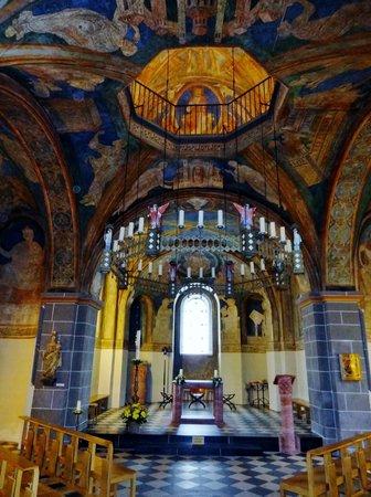 Doppelkirche: Die Unterkirche und die Deckenöffnung mit Blick in die Oberkirche