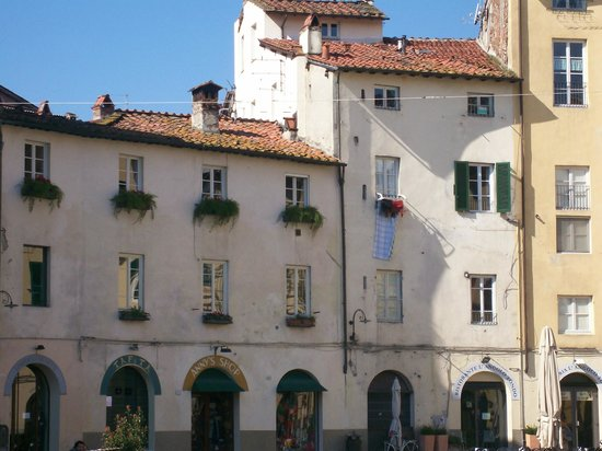 Discover Lucca with Elena: Inside the Plaza where the Amphitheater was