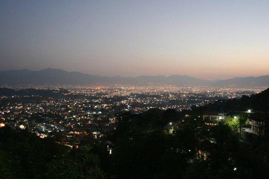 Shivapuri Heights Cottages: Evening view over Kathmandu