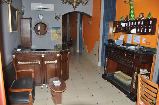 Golden Hotel: Lobby/reception area