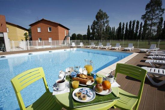 Domaine Du Green : la piscine et son cadre