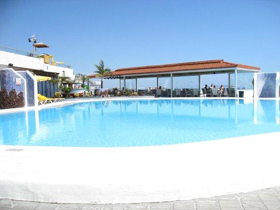 Hotel Riosol: Den store pool med bar området bagved.