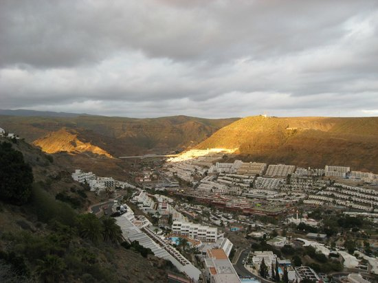 Hotel Riosol: Udsigt fra terrassen til bjerge og by.