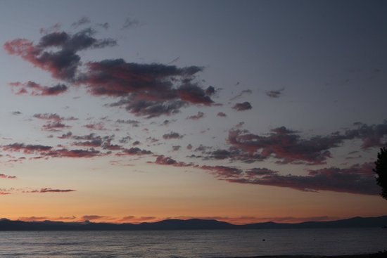 Tahoe Lakeshore Lodge and Spa: Crummy furniture, great location, sunset