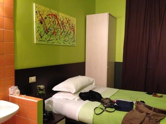โรงแรมคัลเลอร์: tiny room next to main road