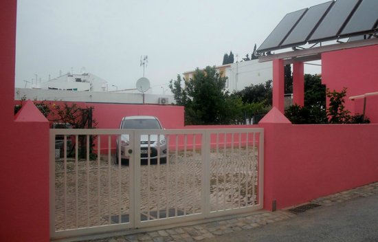Casa Viana Guesthouse : Parking