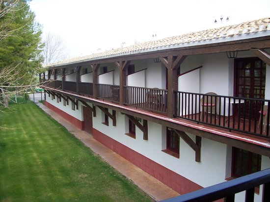 Parador de Albacete: The room balconies overlooking the putting green