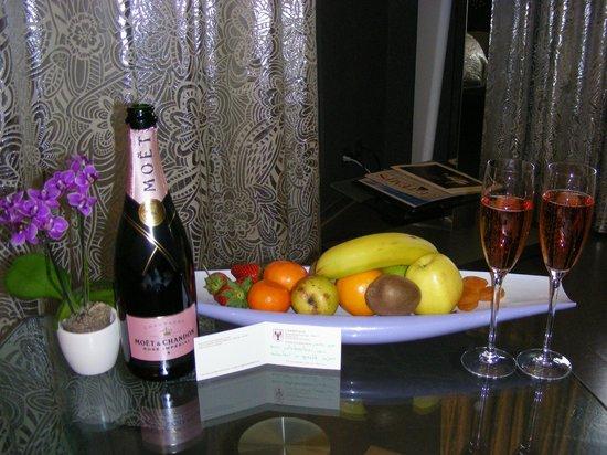 Au Fil de l'Eau: Champagne and fruits