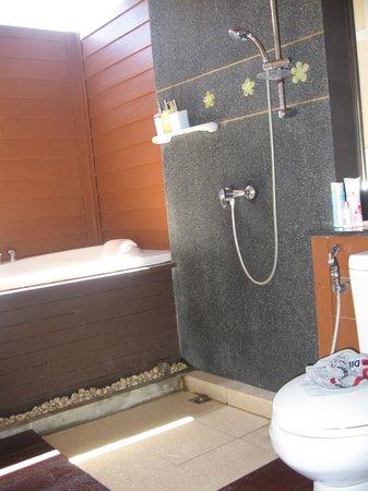 The Lamuna: Nice shower and bathtub
