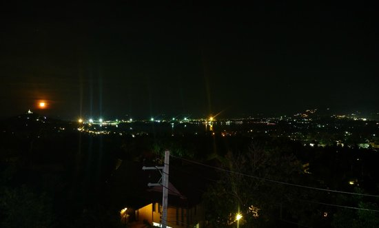 9Gems Lounge & Restaurant : Night view from the bar over Chaweng