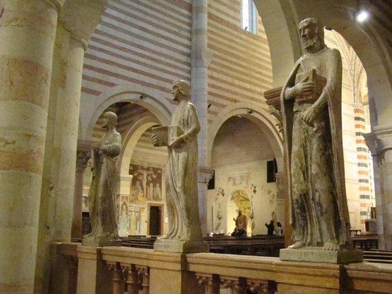 San Zeno Maggiore Church: Statues near main altar.