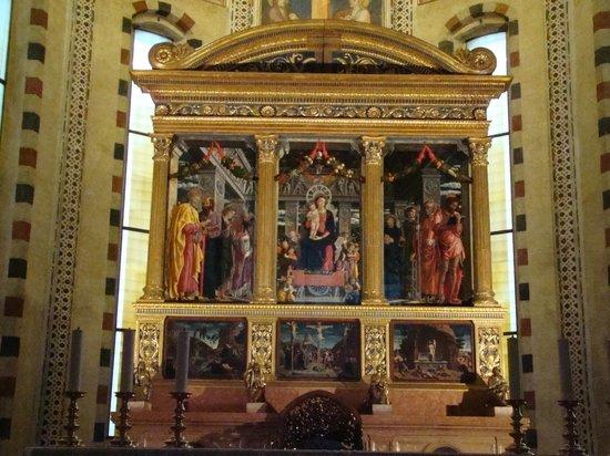Basilica di San Zeno Maggiore: Altar.