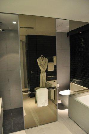 W Bangkok: Dusche (links) Toilette (rechts)
