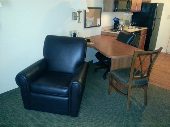 Candlewood Suites Hotel Jefferson City: reclining chair in front of tv