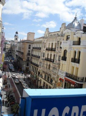 Hostal Patria: Vista desde el balcón (fondo derecha, reloj de la plaza del sol)