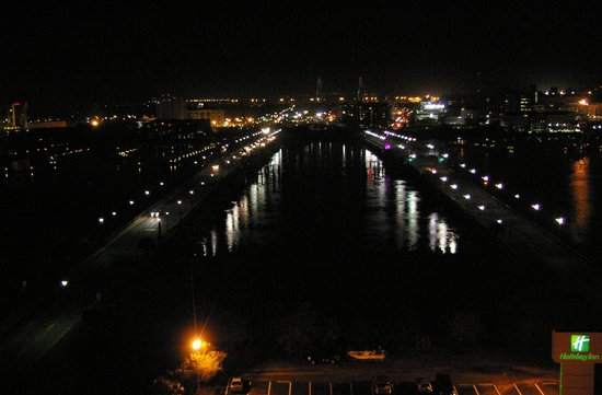 Holiday Inn Charleston Riverview: Night view from the restaurant