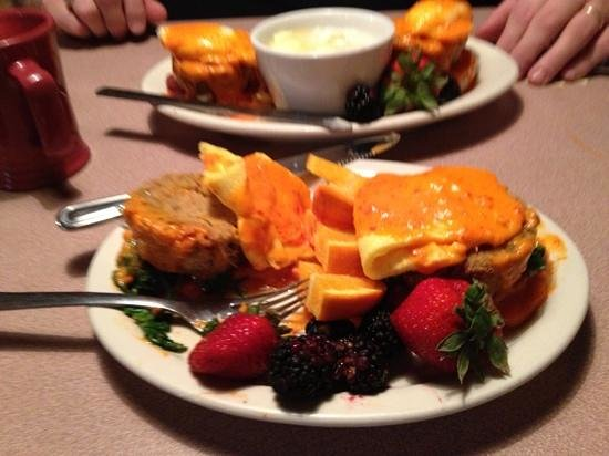 Cobblestone Cafe: Eggs Benedict over crab cakes
