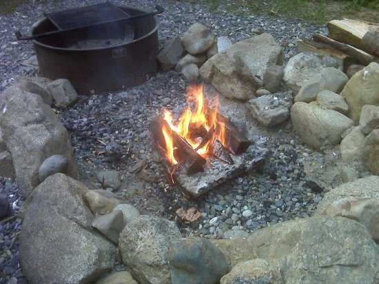 Guemes Island Resort: Fire pit near the cook pavilion