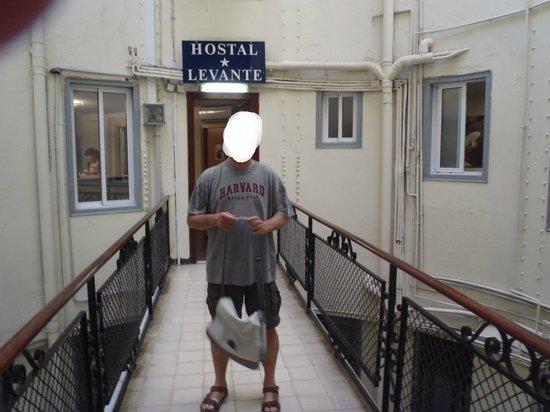 Hostal Levante: dojście z klatki schodowej do hostelu