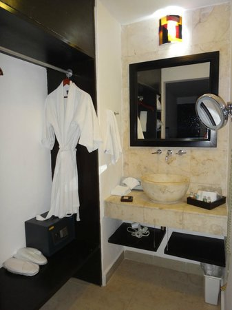 Casa Ticul Hotel by Koox Luxury Collection: closet/wash area