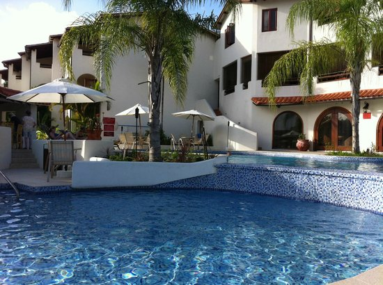 Sugar Cane Club Hotel & Spa: Relaxing by the pool