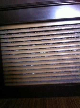 Hilton St. Louis Airport: Dirty ventilation filter Suite 328