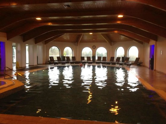 Bryn Meadows Golf, Hotel & Spa: Pool with loungers at far end