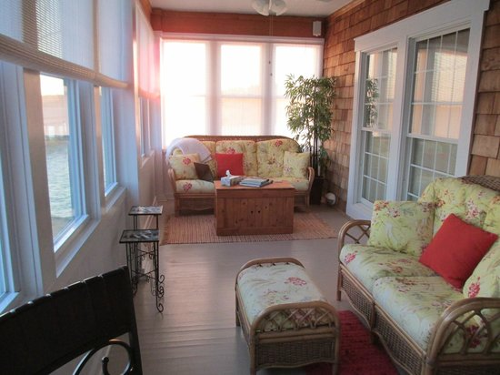 Colington Creek Inn: sunroom