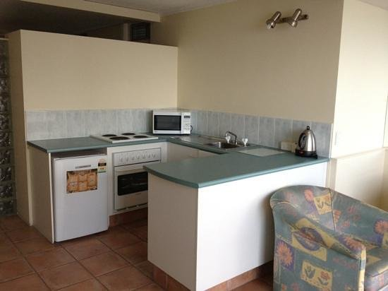 Chateau Beachside: kitchen come equipped with microwave, grill/oven and stove