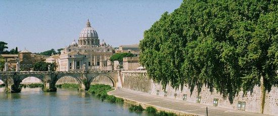 Villa della Fonte Guest House : ROMA:  Along the Tiber toward The Vatican