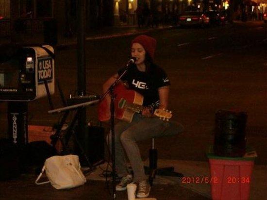 Westfield Horton Plaza : ストリートミュージシャンが歌っていました。