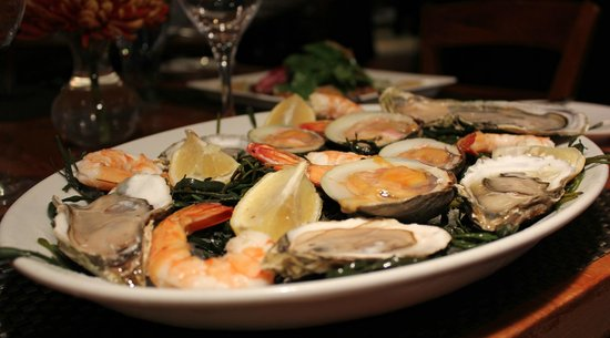 Eastchester Fish Gourmet: Raw Bar - a specialty of the restaurant