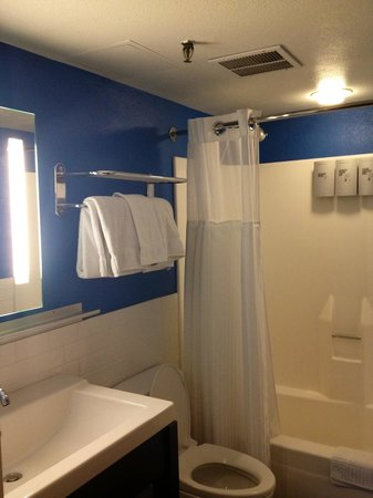 The Clarendon Hotel and Spa : Bathroom in king junior suite