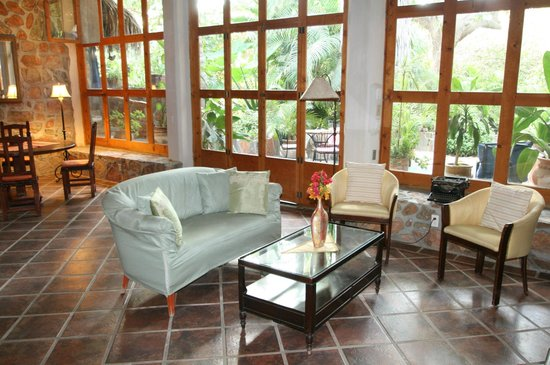 Casa Bentley: Fountain Master Suite, Living Room, view towards private terrace with fountain