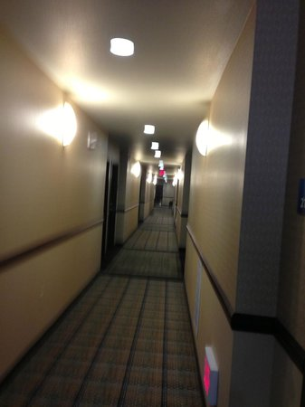 Holiday Inn Express Hotel & Suites Frazier Park : Hallway to guest rooms