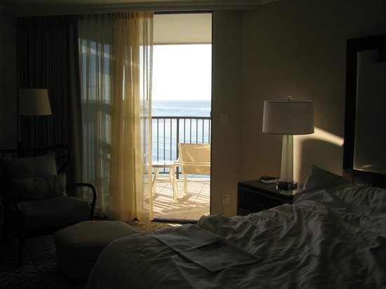 Moana Surfrider, A Westin Resort & Spa: in the bedroom looking out to balcony