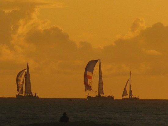 Moana Surfrider, A Westin Resort & Spa: sunset with sailboats
