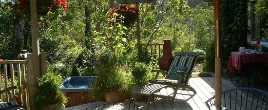 Salmonberry Inn & Beach House: Enjoy our back deck and hot tub area