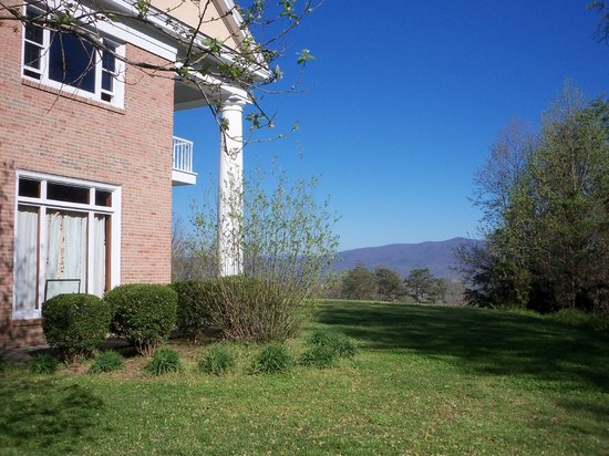 Christopher Place Resort: Mountain views from the side